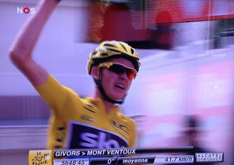 Chris Froome finisht op de Ventoux in de TdF 2013. Foto: TV-beeld NOS.